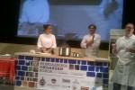 Alexsandra Machado na bancada com outro representante de Floripa o chef Sergio Olaya.